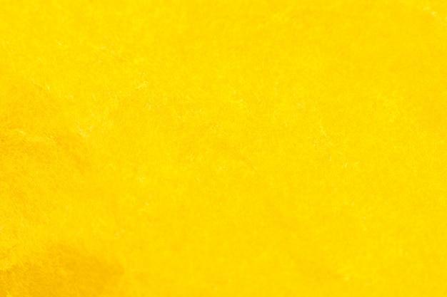 Fond de papier jaune froissé. véritable texture macro battue. gros plan photo.