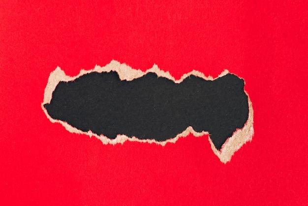 Fond de papier rouge déchiré avec fond