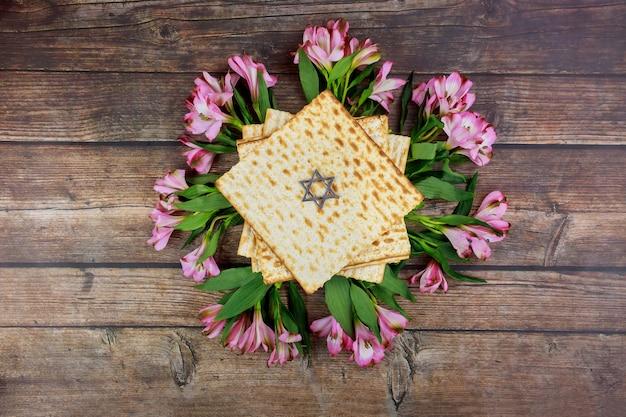 Fond de pâque avec matsa et fleurs. fête juive.