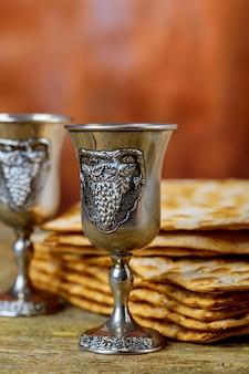 Fond de la pâque vin et pain de vacances juif matzoh sur planche de bois.