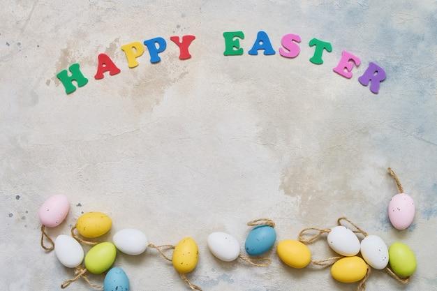 Fond de pâques. décoration de pâques et lettres colorées formant des mots bonne pâques. copier l'espace pour