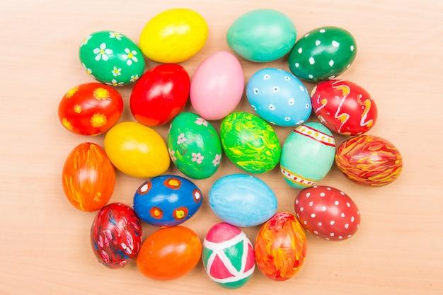 Fond de pâques avec des oeufs colorés à la main. vue de dessus. tradition festive