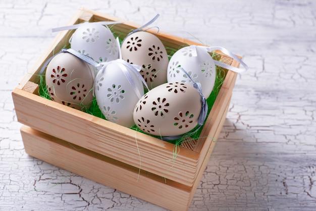 Fond de pâques avec des oeufs décoratifs