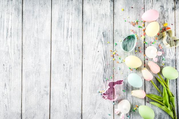 Fond de pâques avec des oeufs et des fleurs