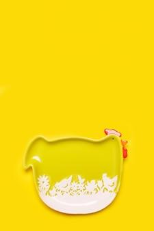 Fond de pâques simple avec plaque de poule verte sur couleur jaune