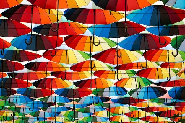 Fond de parapluies multicolores