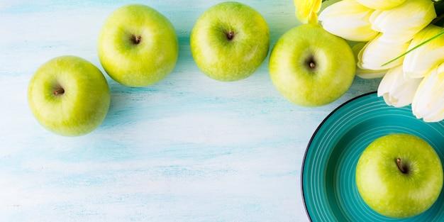 Fond pastel vert aux pommes. la nourriture saine
