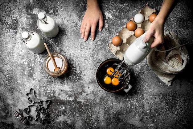 Fond de pâte. une femme prépare une pâte fraîche.