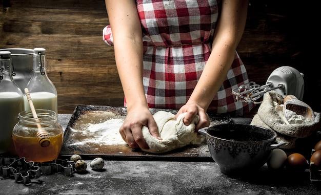 Fond de pâte. préparation de la pâte à partir d'ingrédients frais.