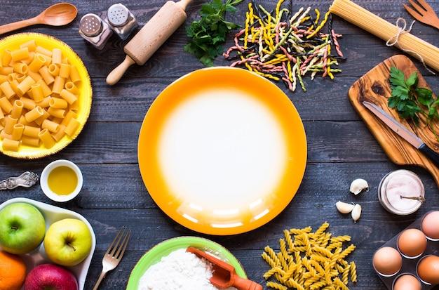 Fond de pâtes. plusieurs types de pâtes aux légumes vue de dessus
