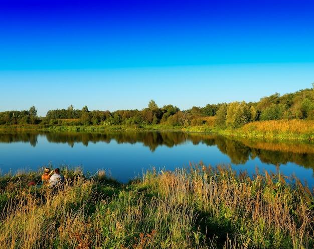Fond de paysage dramatique forêt rivière