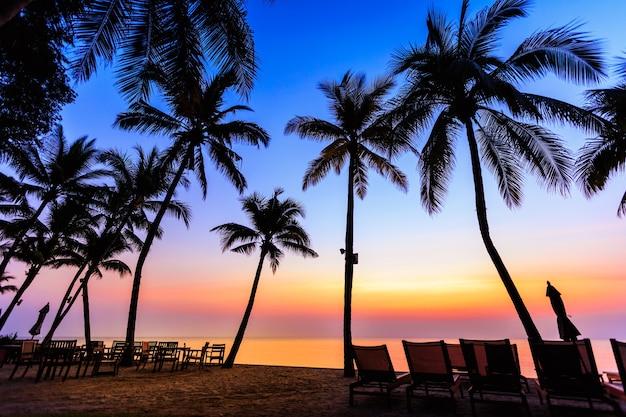 Fond paysage silhouette noix de coco et de la nourriture de table