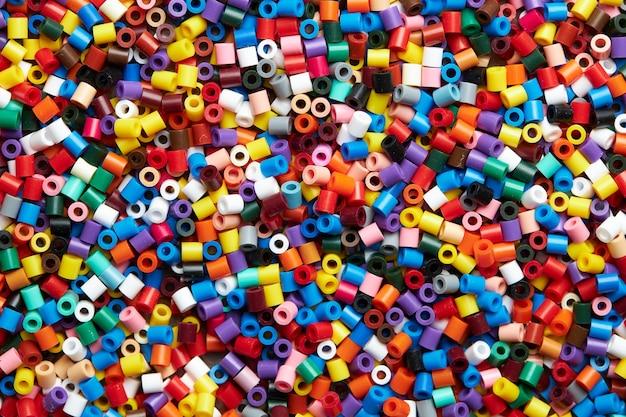 Fond de perles en plastique colorées