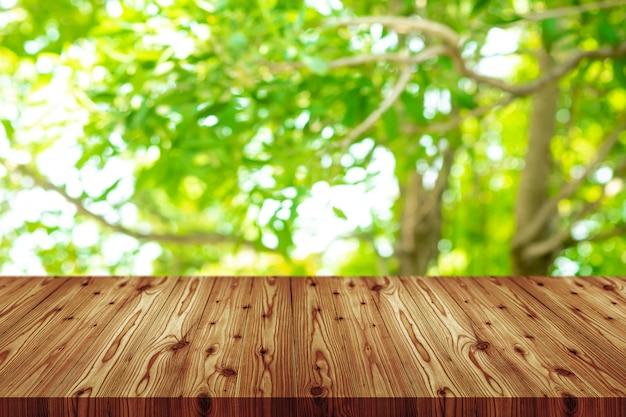 Fond de perspective vide table en bois. y compris un tracé de détourage pour le montage d'affichage du produit ou la présentation