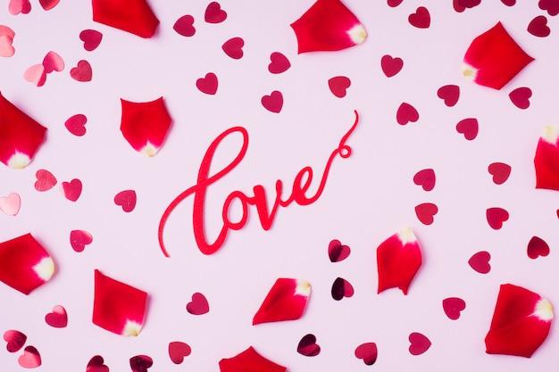 Fond de pétales de roses et de coeurs rouges. le concept de la saint-valentin
