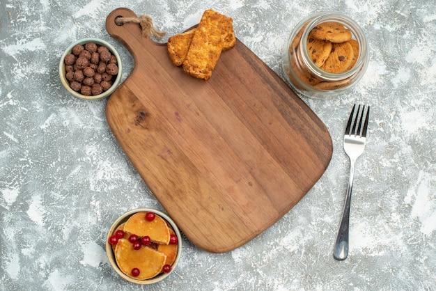 Fond de petit déjeuner avec des biscuits au chocolat