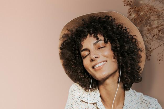 Fond de photographie de femme heureuse avec des médias remixés de bordure de feuille