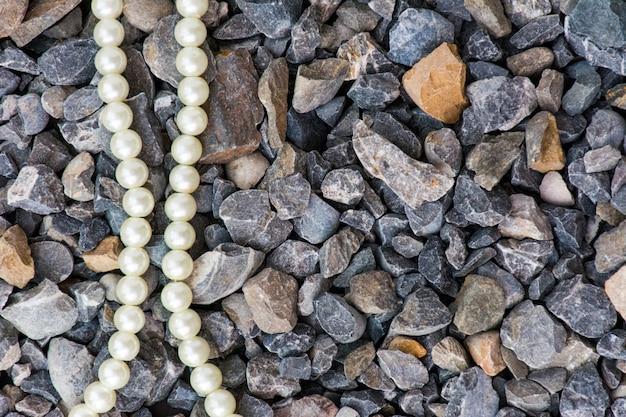 Fond en pierre de béton, un gros plan de pierres en béton avec des perles blanches