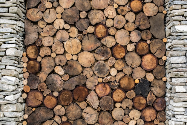Fond de pierre et de bois. bâtiment avec colonne de pierre et texture transversale du bois.