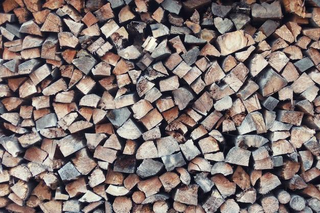 Fond de pile de bois de chauffage. texture dans les couleurs marron. surface de la pile de bois.