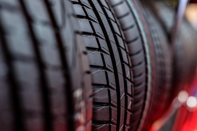 Fond de pile de pneus. mise au point sélective.