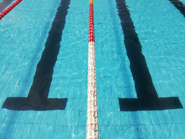 Fond de piscine bleu, avec voie noire