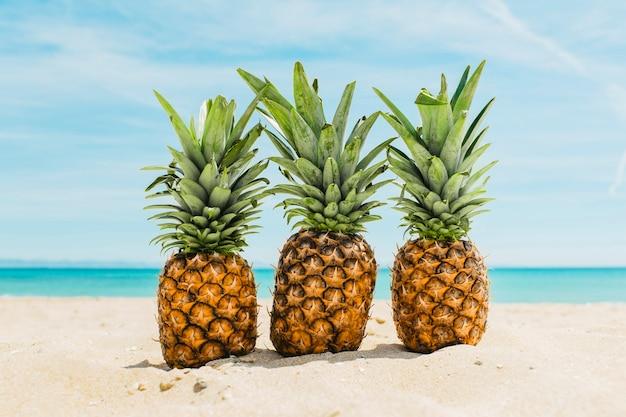 Fond de plage avec des ananas