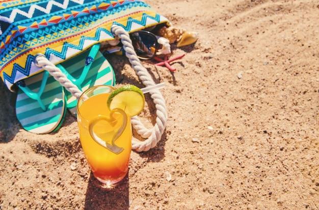 Fond de plage avec un cocktail au bord de la mer. mise au point sélective.