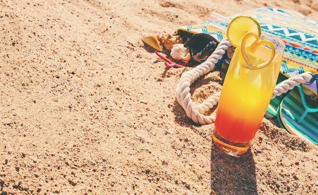 Fond de plage avec un cocktail au bord de la mer.