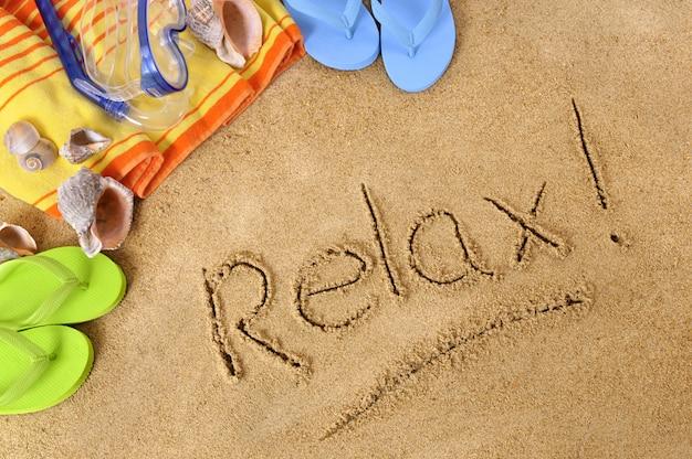 Fond de plage avec le mot relax écrit dans le sable