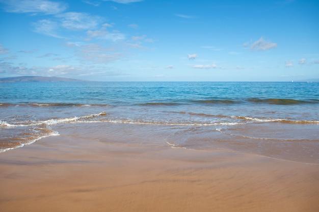 Fond de plage tropicale plage de sable avec vague calme d'océan turquoise maldives paysage parfait lan...