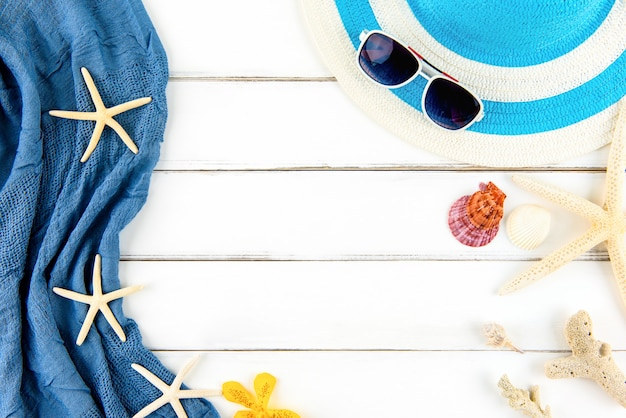 Fond de plage de vacances d'été avec accessoires et coquillages sur panneau de bois blanc