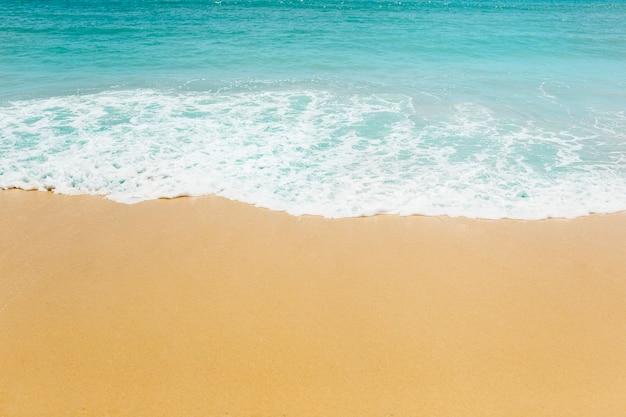 Fond de plage avec des vagues