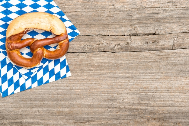 Fond de planche de bois bretzel pain bavarois