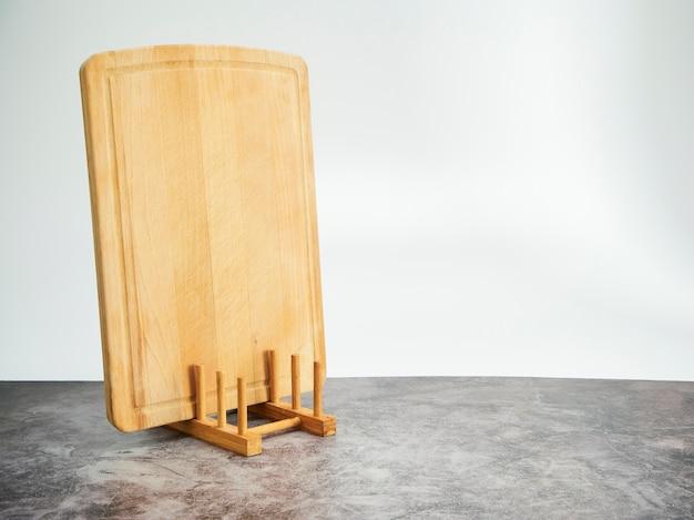 Fond avec planche à découper sur table en marbre gris