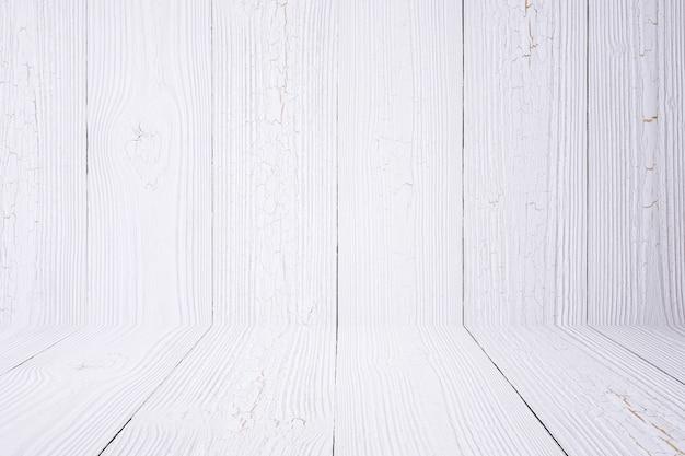 Fond et plancher de bois blanc.