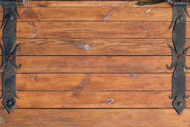 Fond de planches de bois avec du fer forgé sur les bords