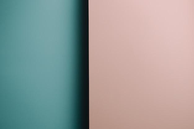 Un fond plat pastel rose et bleu avec des couches et des ombres nettes avec le genre de l'espace de copie