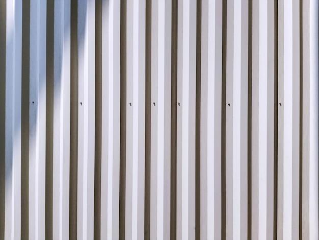 Fond plein cadre de mur blanc ondulé avec lumière et ombre