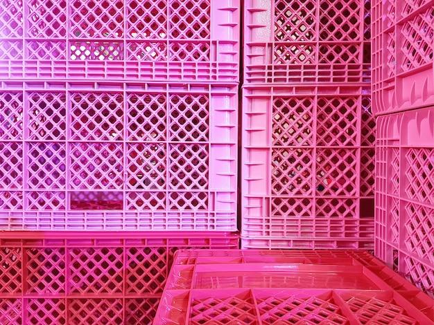 Fond plein cadre de tas de paniers en plastique rose