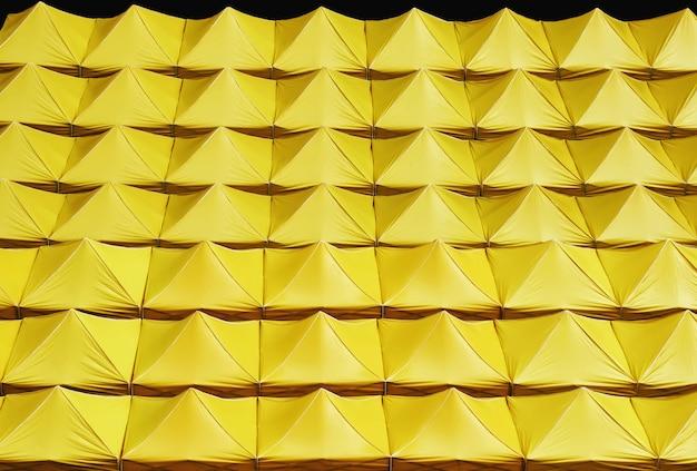 Fond plein cadre de toits de toile jaune isolé sur fond noir