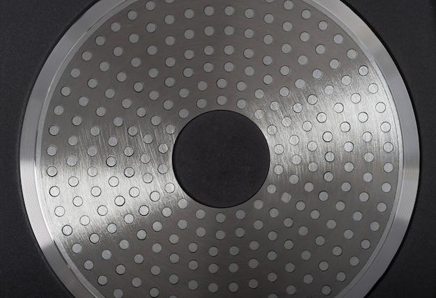 Fond de poêle à induction isolé sur fond blanc.
