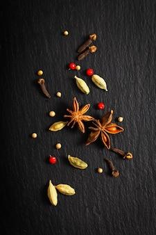 Fond de présentation de nourriture organique diverses espèces exotiques sur un tableau noir