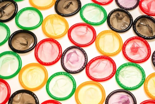Fond De Préservatifs Colorés. Vue De Dessus. Photo Premium