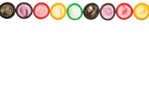 Fond de préservatifs colorés. vue de dessus.