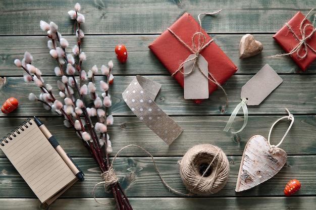 Fond de printemps avec bouquet de saule, cadeaux emballés et décorations de printemps