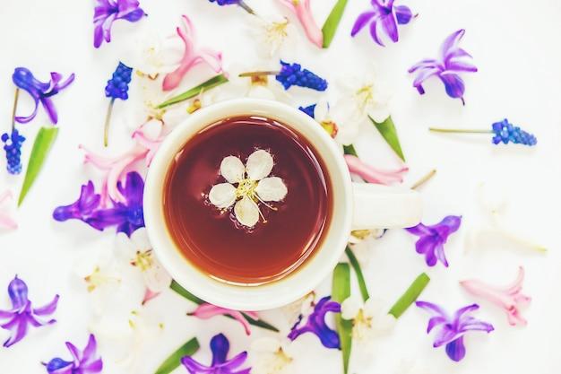 Fond de printemps, des fleurs et du thé. mise au point sélective.