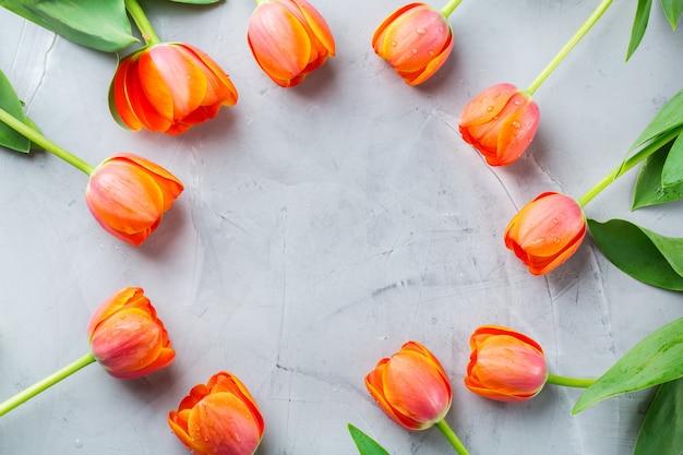 Fond de printemps avec des tulipes colorées orange. femmes, fête des mères, carte de voeux, image à plat et espace de copie