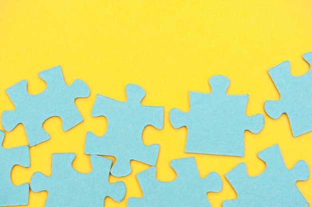 Fond de puzzle bleu et fond jaune