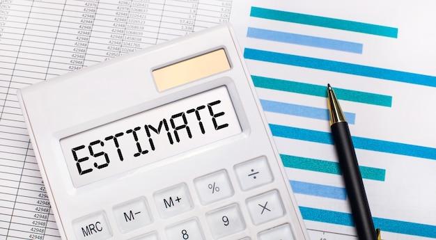 Sur fond de rapports et de graphiques bleus, un stylo et une calculatrice blanche avec un test sur l'écran estimation. concept d'entreprise